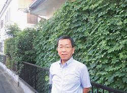 久保田 弘(事務所の緑のカーテン前で)